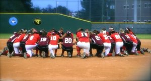 The-Cinco-Ranch-and-MacArthur-softball-teams-join-in-a-prayer-circle-Twitter
